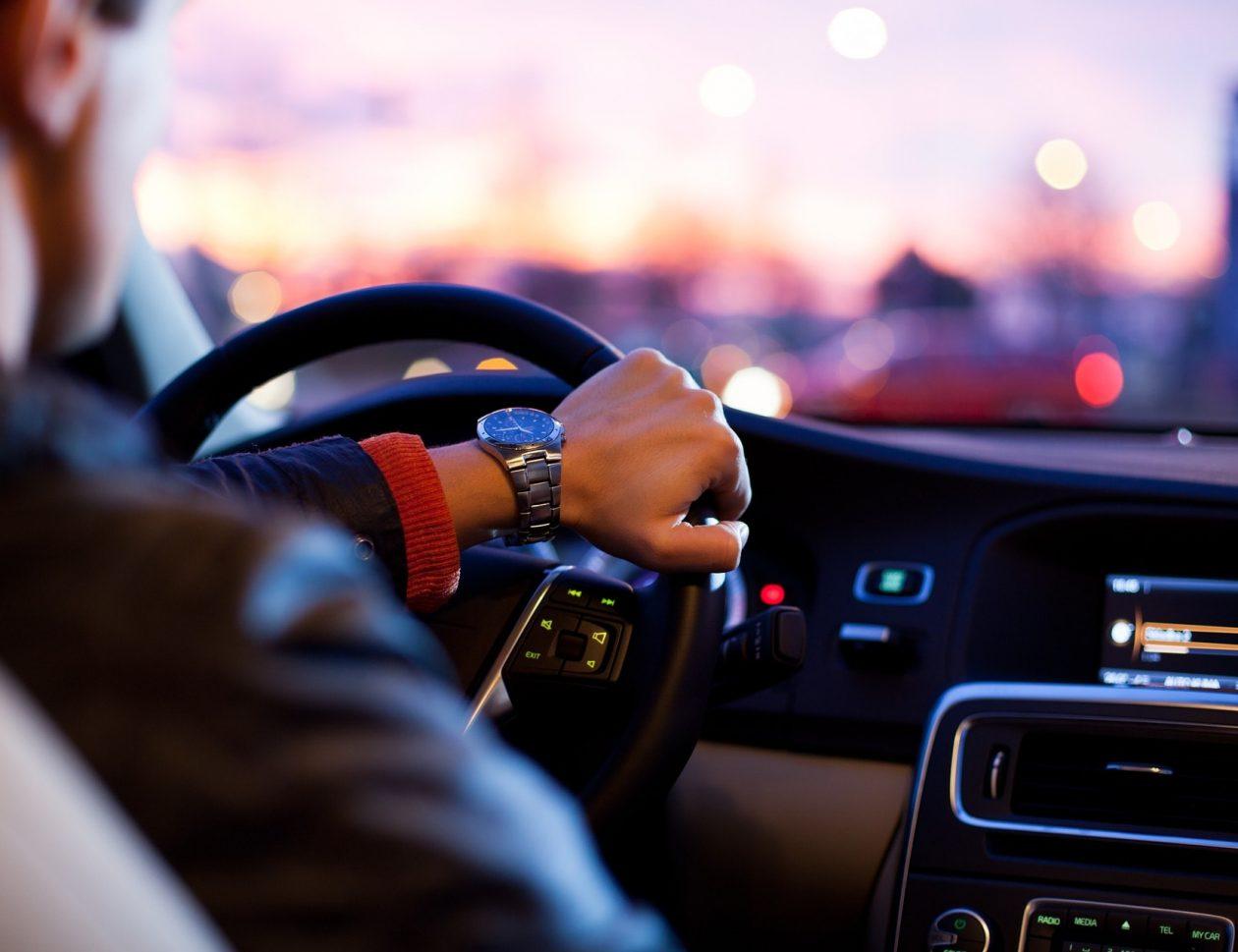 Kręgosłup za kierownicą, czyli jak ograniczyć ból pleców podczas jazdy samochodem
